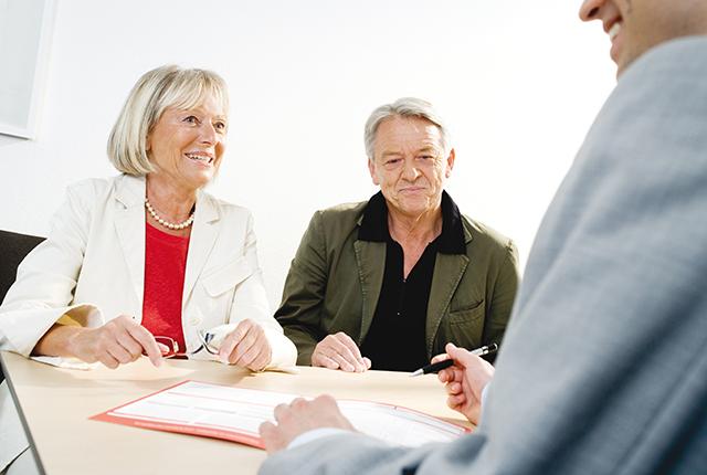 Älteres Paar im Gespräch mit dem Berater